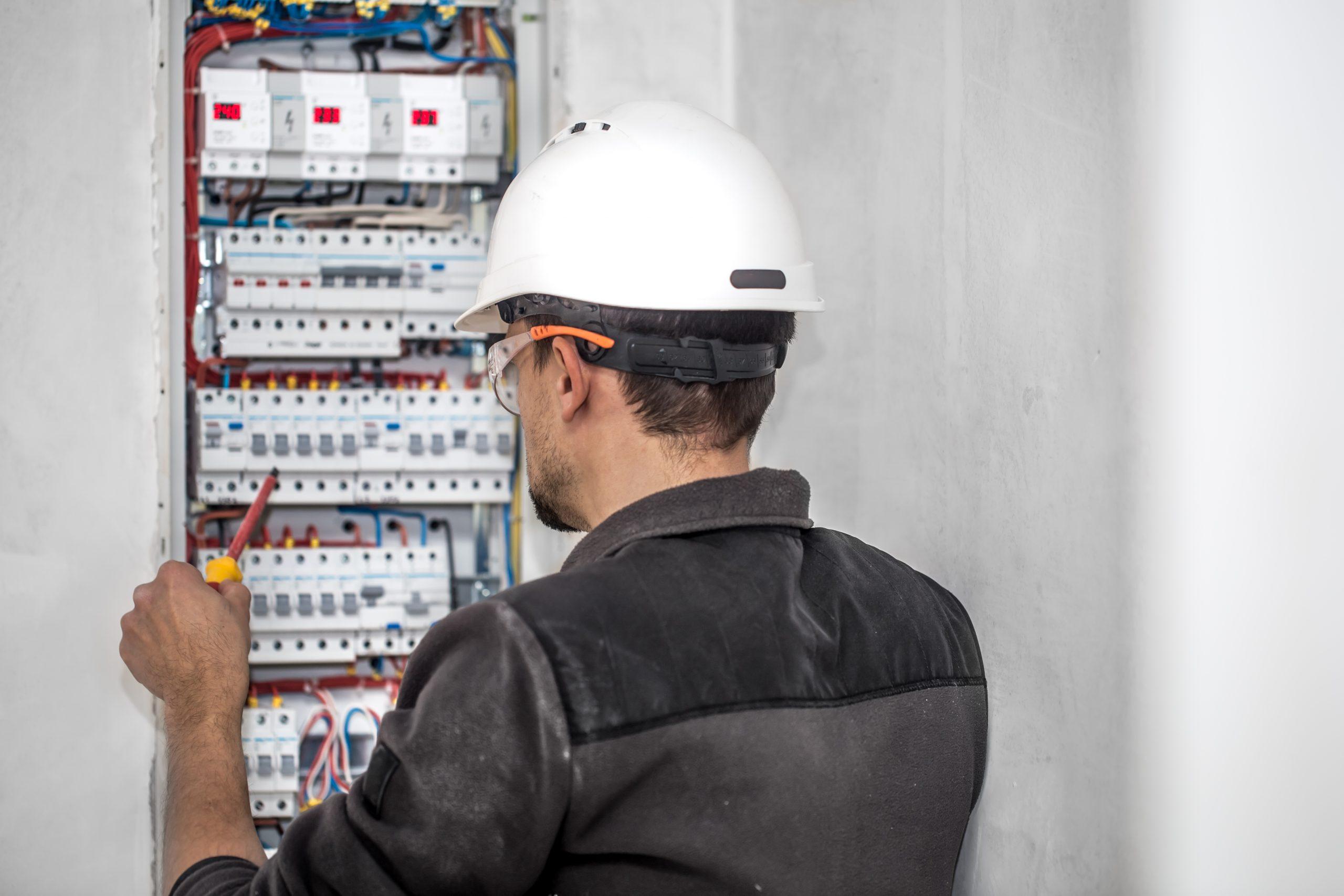 Vérification d'un tableau électrique par un professionnel